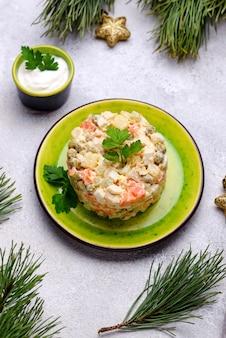Tradycyjna rosyjska sałatka olivier. jedzenie noworoczne