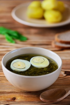 Tradycyjna rosyjska zupa szczawiowa z jajkiem i zieleniną.