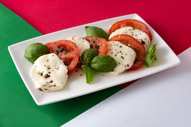 Tradycyjna sałatka caprese z pomidorami i mozzarellą