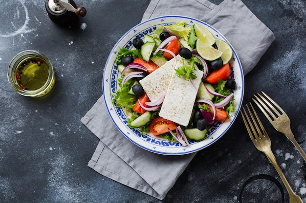 Tradycyjna sałatka grecka. danie wegetariańskie ze świeżą sałatą