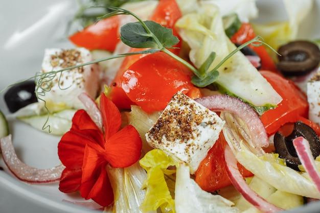 Tradycyjna sałatka grecka ze świeżymi warzywami, serem feta i oliwkami
