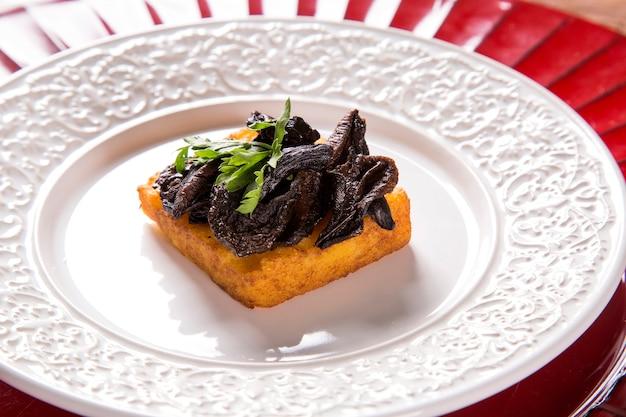 Tradycyjna smażona polenta z shitake