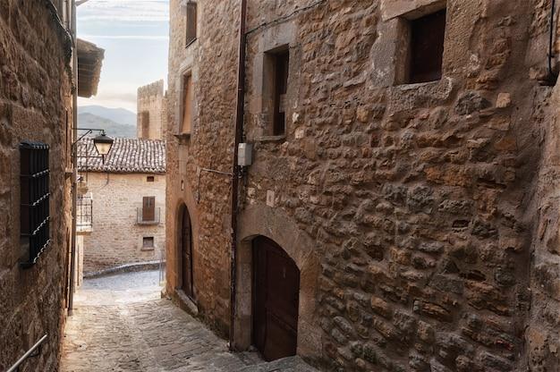 Tradycyjna średniowieczna architektura w sos del rey catolico, aragonia, hiszpania.