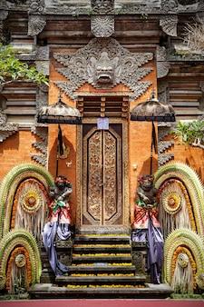 Tradycyjna świątynia bali. religia hinduizmu balijskiego.
