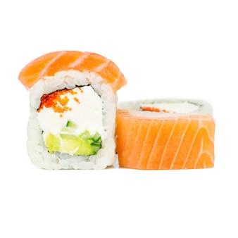 Tradycyjna świeża japońska rolka z łososiem, nori, philadelphia, tobico, awokado i ogórkiem
