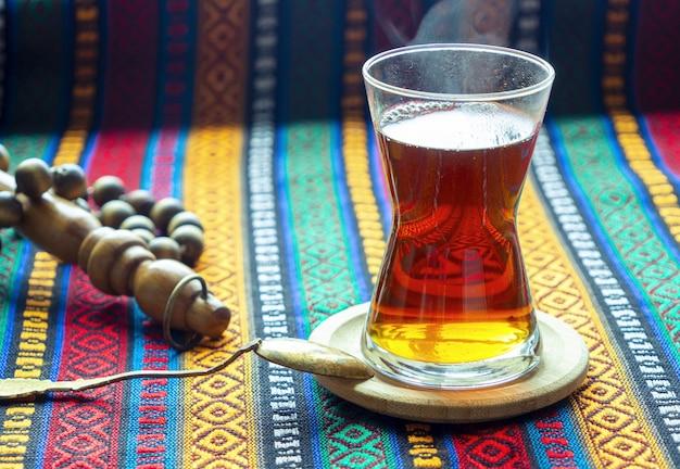 Tradycyjna turecka herbata w szklance na stole. czarna gorąca herbata. stambuł, turcja
