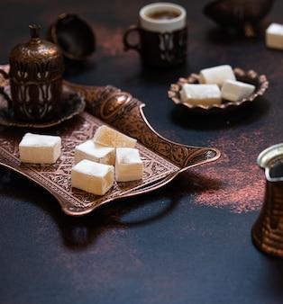 Tradycyjna turecka rozkosz na talerzu
