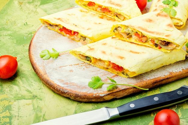 Tradycyjna turecka shawarma z kurczakiem, serem i grzybami. jedzenie uliczne