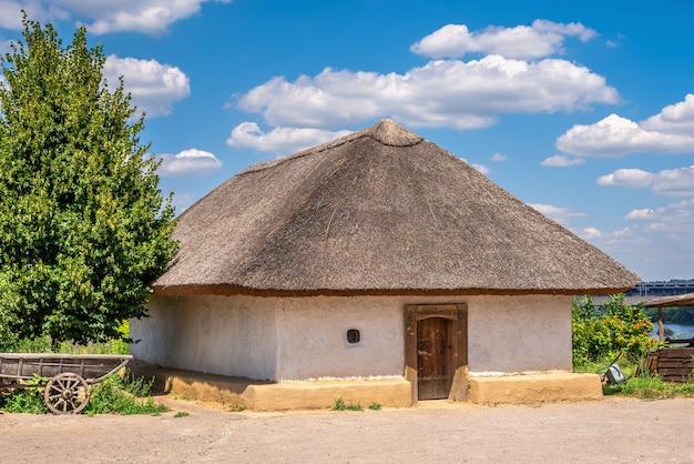 Tradycyjna ukraińska chata w narodowym rezerwacie khortytsia w zaporożu na ukrainie, w słoneczny letni dzień