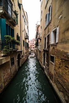 Tradycyjna ulica kanału z gondolą w mieście wenecja, włochy