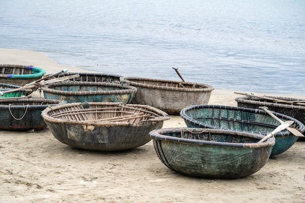 Tradycyjna wietnamska łódź umieszczona na plaży w my khe beach