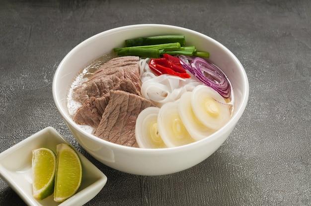 Tradycyjna wietnamska zupa pho bo z wołowiną i makaronem