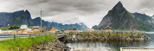 Tradycyjna wioska rybacka na archipelagu lofotów w hrabstwie nordland w norwegii