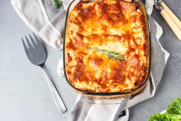 Tradycyjna włoska lasagne z mięsem mielonym, pomidorem i serem