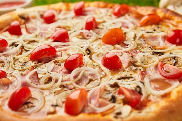 Tradycyjna włoska pizza z szynką
