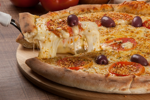 Tradycyjna włoska pizza ze składnikami na drewnianym.