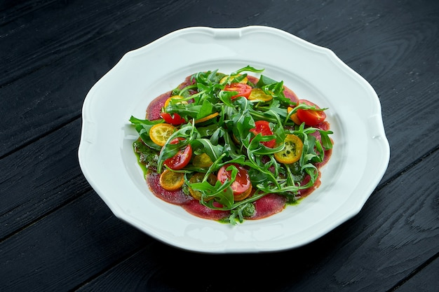 Tradycyjną włoską sałatką na przystawkę jest vitello tonnato.