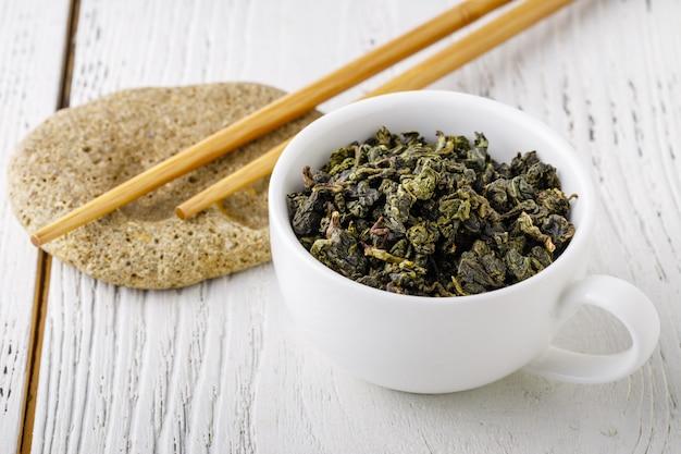 Tradycyjna zielona chińska herbata. herbata na białym stole. tiguanin