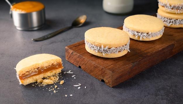 Tradycyjne alfajores (alfajor) z dulce de leche i wiórkami kokosowymi - tradycyjne argentyńskie słodycze