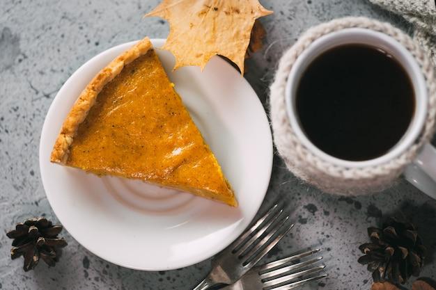 Tradycyjne amerykańskie ciasto z dyni i kubek dziękczynienia