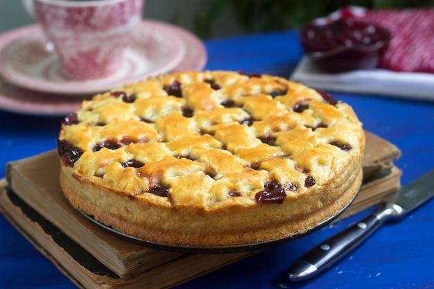 Tradycyjne amerykańskie lub europejskie ciasto wiśniowe z kruchego ciasta. styl rustykalny.
