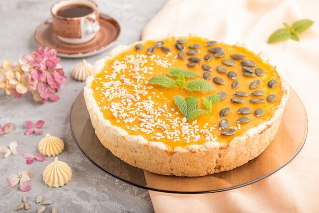 Tradycyjne amerykańskie słodkie ciasto z dyni ozdobione miętą, sezamem i pestkami dyni. widok z boku