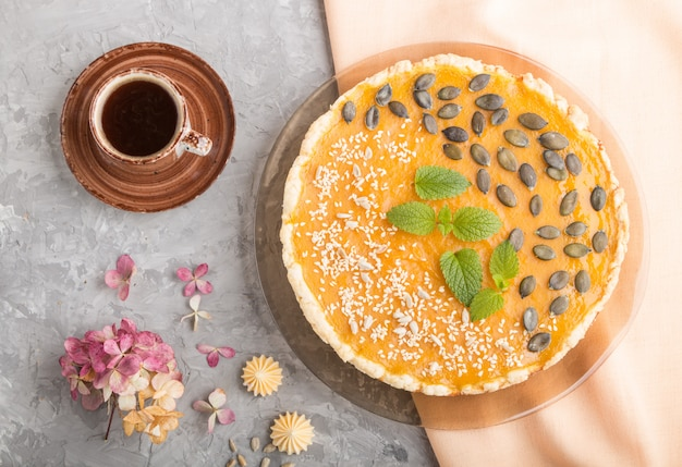 Tradycyjne amerykańskie słodkie ciasto z dyni ozdobione miętą, sezamem i pestkami dyni. widok z góry, z bliska.