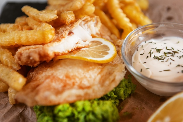 Tradycyjne angielskie jedzenie z rybą i frytkami?