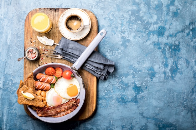 Tradycyjne angielskie śniadanie na patelni
