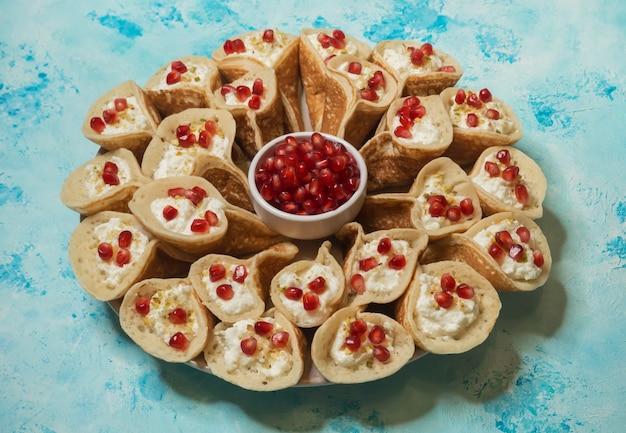 Tradycyjne arabskie naleśniki nadziewane kremem, przygotowane na iftar w ramadanie.