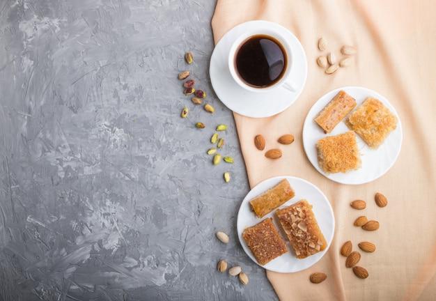 Tradycyjne arabskie słodycze i filiżanka kawy. widok z góry