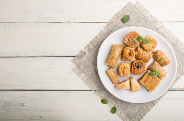Tradycyjne arabskie słodycze (kunafa, baklava). widok z góry, lato.