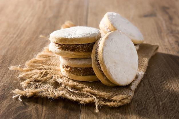 Tradycyjne argentyńskie alfajores z dulce de leche i cukrem na drewnianym stole