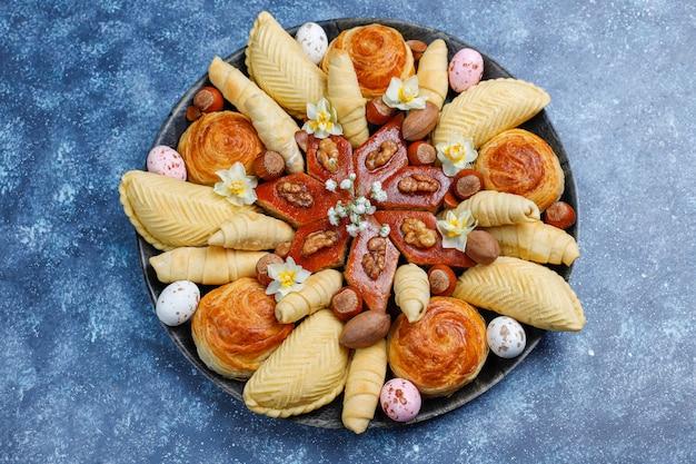 Tradycyjne azerbejdżańskie święta ciasteczka novruz baklavas i shakarburas na czarnym talerzu