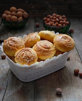 Tradycyjne azerskie ciasteczka shog qogal na rustykalnym z orzechami laskowymi