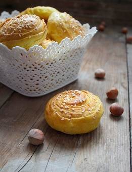 Tradycyjne azerskie ciasteczka w stylu rustykalnym z orzechami laskowymi