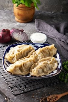 Tradycyjne azian manti, pierogi z mięsem mielonym