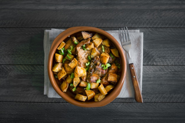 Tradycyjne azjatyckie danie tatarskie. duszone ziemniaki z baraniną i warzywami