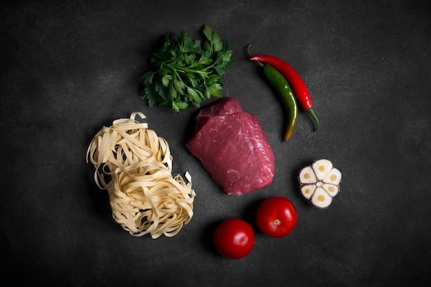Tradycyjne azjatyckie składniki lagman - makaron z warzywami i mięsem