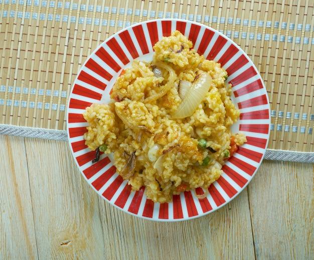 Tradycyjne bahrajńskie danie muhammar ze słodkiego ryżu doprawione przyprawami i melasą z palmy daktylowej