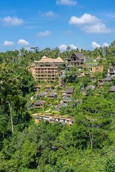 Tradycyjne balijskie domy z panoramicznym widokiem na dżunglę, tropikalny las deszczowy i góry, ubud, wyspa bali, indonezja