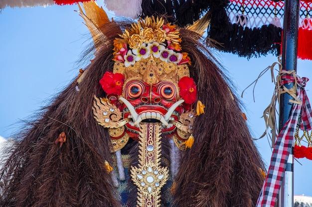 Tradycyjne balijskie maski baronga na ceremonii ulicznej w ubud, wyspa bali, indonezja. ścieśniać