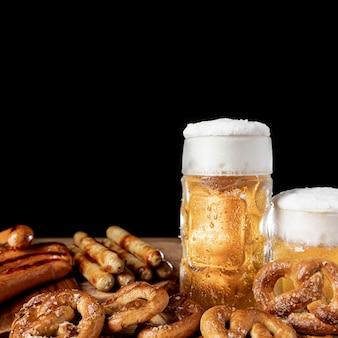 Tradycyjne bawarskie piwo i przekąski z bliska
