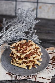 Tradycyjne belgijskie gofry z kakao na drewnianym
