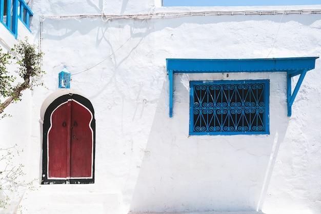 Tradycyjne białe domy na ulicach sidi bou said tunezja