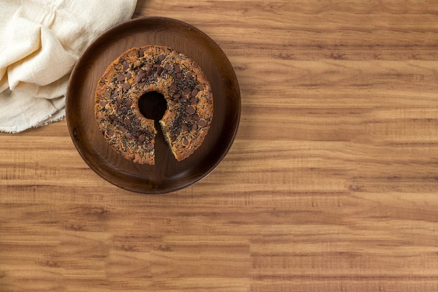 Tradycyjne brazylijskie ciasto o nazwie bolo formigueiro. brazylijskie ciasto czekoladowe. domowe ciasto. skopiuj miejsce.