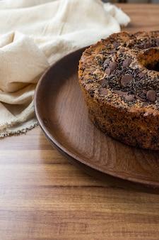 Tradycyjne brazylijskie ciasto o nazwie bolo formigueiro. brazylijskie ciasto czekoladowe. domowe ciasto.