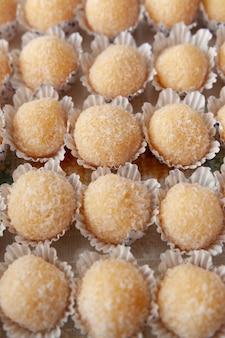 Tradycyjne brazylijskie cukierki zwane po brazylijsku po portugalsku beijinho de coco z papierowymi kubkami