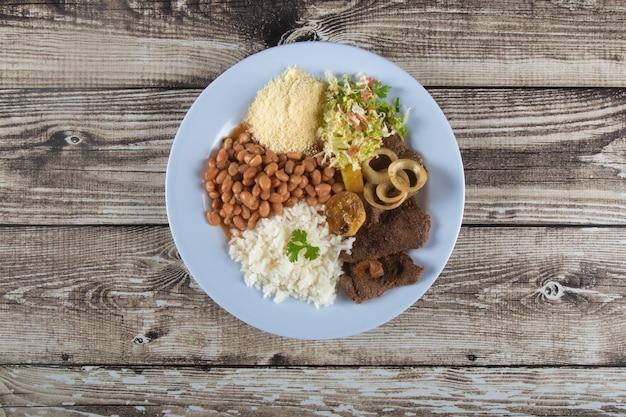 Tradycyjne brazylijskie danie jedzenie smaczny domowy obiad widok z góry.