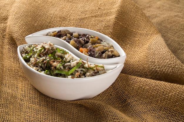 Tradycyjne brazylijskie jedzenie zwane feijao de capataz e arroz de carreteiro